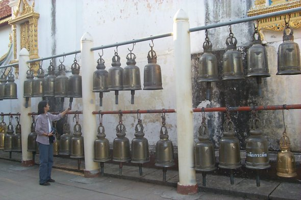 [Ringing temple bells - Wat Phra That Doi Suthep (53kb)]
