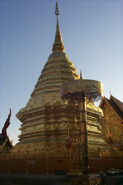 [Stupa at Wat Phra That Doi Suthep (41kb)]
